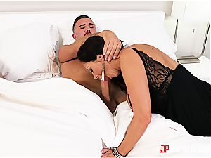 Sleeping wife gets cucked by a killer milf